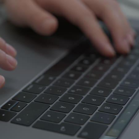 MacBook Tastatur auf der etwas getippt wird