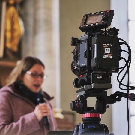 Kamera die eine Frau filmt